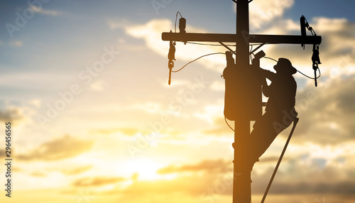 фотография silhouette engineer working maintenance transformer on pole electric