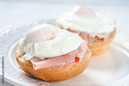 Photo Ham And Poached Egg Sandwiches