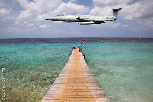 Kampfflugzeug über dem karibischen Meer Wallpaper Mural