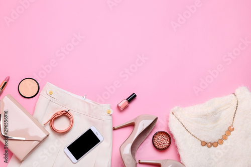 Pinturas sobre lienzo  Stylish women's clothes with cosmetics on pink background