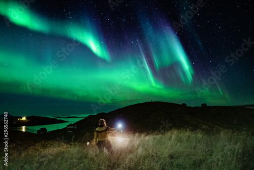 Fotobehang Noorderlicht Woman below the Northern lights