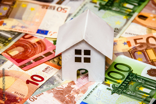 Fotografía  The symbol of the house stands on the background of the Euro