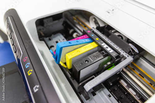 Fotografía  An ink cartridge or inkjet cartridge is a component of an inkjet printer that co