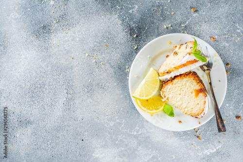 Homemade lemon bundt cake with sugar icing, fresh lemons and mint leaves, copy s Fototapet