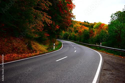 Valokuvatapetti herbstliche Straße in der Eifel