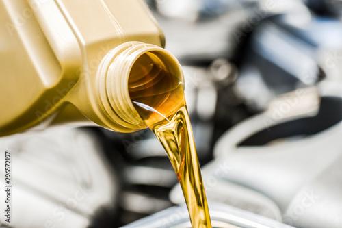 Fotografía Motor oil poring