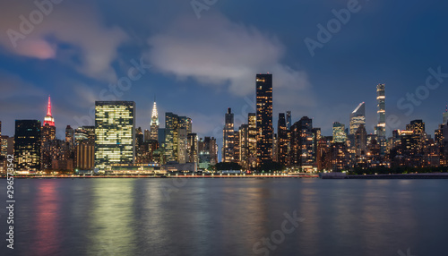 vista del skyline de Manhattan , Nueva York,USA,por la noche, desde la zona de Dumbo Canvas Print