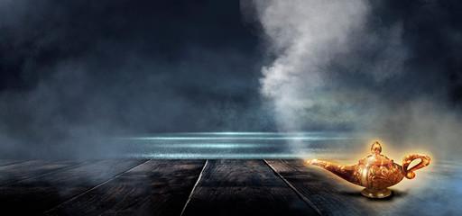 Ciemna noc magiczna scena ze złotą lampą na drewnianym blacie. Nocny widok, dym, magia, magiczne wrażenia, bajeczna noc. Niebieski neon, światło księżyca w nocy. Mokry asfalt, odbicie.