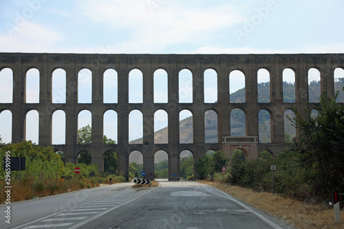 Photo Ancient aqueduct near Caserta City in South Italy