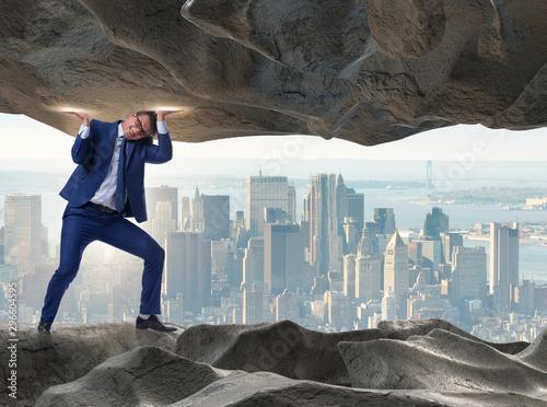 Montage in der Fensternische Akt Businessman supporting stone under pressure