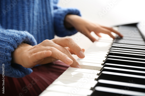 Cuadros en Lienzo Young woman playing piano at home, closeup