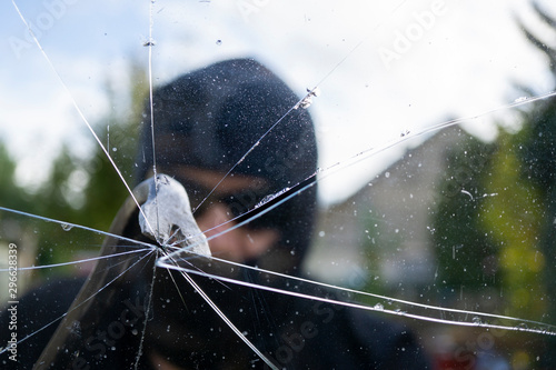 Cuadros en Lienzo  Burglar breaks the window