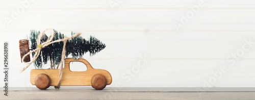 La pose en embrasure Vintage voitures Toy car carrying Christmas tree. New Year holiday background.