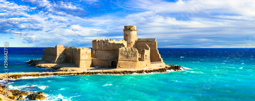 Foto beautiful medieval castles of Italy  - Le Castella