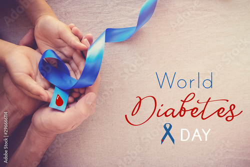 Fotografía  adult and child hands holding Blue ribbon, world diabetes day