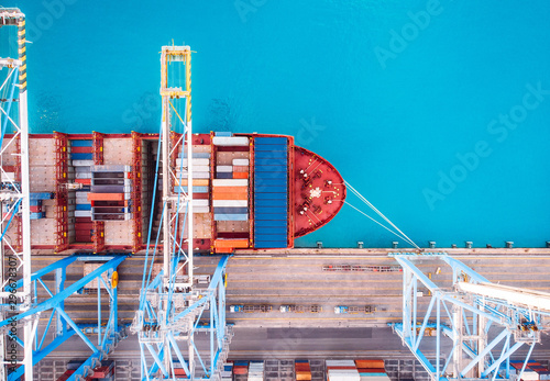 Fotografía  Cargo ship loading trading port to pier