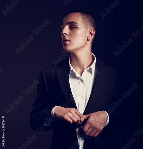 Photo Sexy professional young man in suit posing on dark background