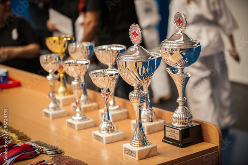 Foto Gold champion trophies and medals lined up in rows