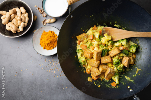 Valokuvatapetti Tofu wok stir fry with vegetables top view