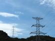 山にそびえる鉄塔と青空