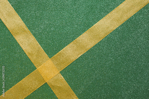 Fotomural  Crossing ribbons on green background