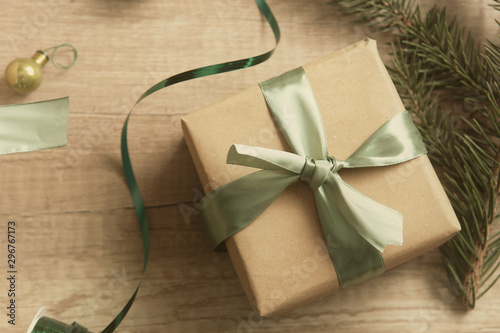 Fotografía Gift box wrapped in craft paper with green ribbon
