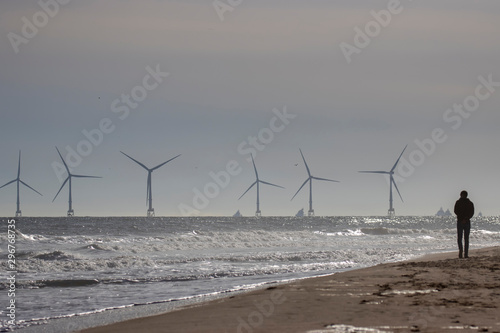 Photo Off shore coastal wind farm near Aberdeen during a calm sunny October/autumn day with waves/people and sand in Scotland