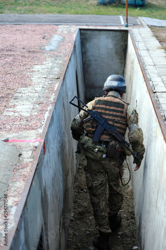Cuadros en Lienzo Soldier, hiding, trench, military, training, ground, obstacle, course, exercises