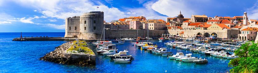 Znamenitosti Hrvatske - prekrasan Dubrovnik. Pogled na dvorac i luku