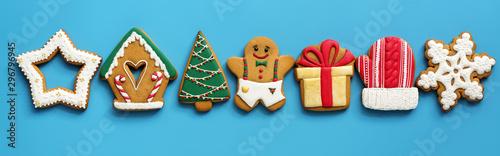Fototapeta Christmas festive border gingerbread on a blue background. Top view, flat lay. obraz