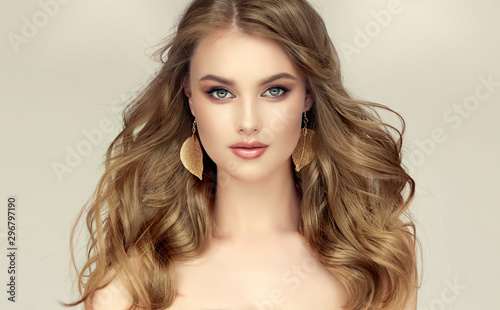 Fotografía Beautiful model girl with elegant hairstyle and fashionable leaflet earrings
