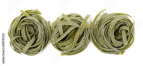 Fotografia Raw tagliatelle green pasta with spinach isolated on white background, top view