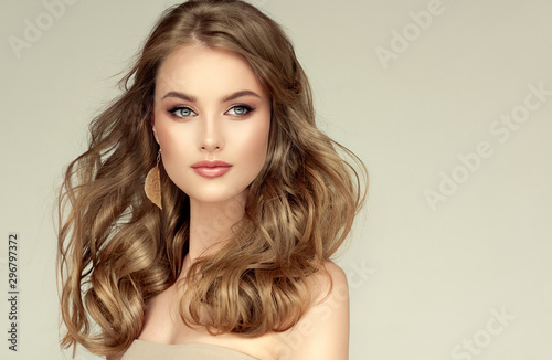 Fotomural  Beautiful model girl with elegant hairstyle and fashionable leaflet earrings