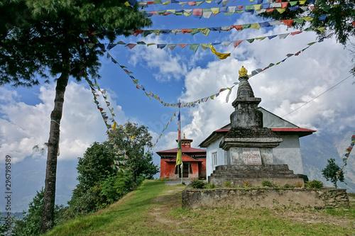 Temple, stupa ou lieu de prière dans les montagnes de l'Himalaya au Népal Canvas Print