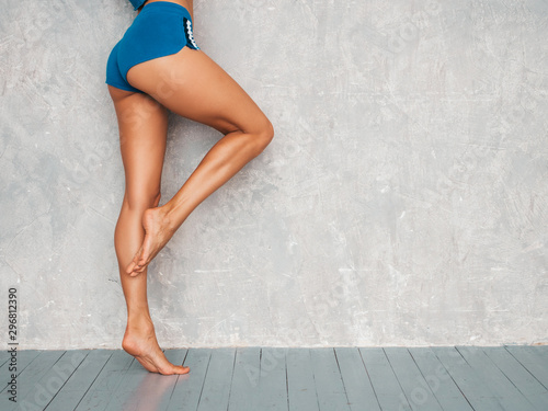 Tela  Portrait of fitness woman in sports clothing looking confident