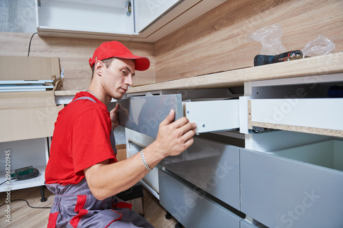 Fotografía  kitchen installation. Worker assembling furniture