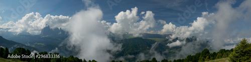 Veduta panoramica sulle Dolomiti ricoperte di nuvole Wallpaper Mural