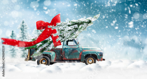 La pose en embrasure Vintage voitures Pick up transports Christmas tree with red bow