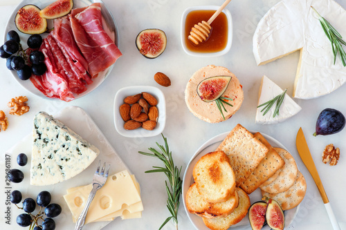 Photo Assorted cheeses and deli meat appetizers