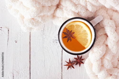 Poster de jardin The Lemon spice tea, top view on a white wood background with blanket. Cozy fall or winter theme.