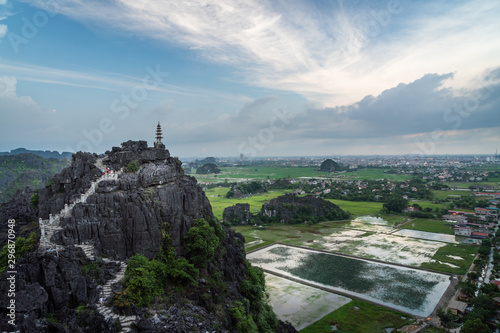 Foto  pagoda temple view from Hang Mua viewpoint at Tam Coc, Vietnam.