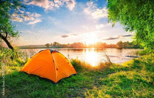 Autocollant pour porte Rivière de la forêt Orange tent on the lake at sunset
