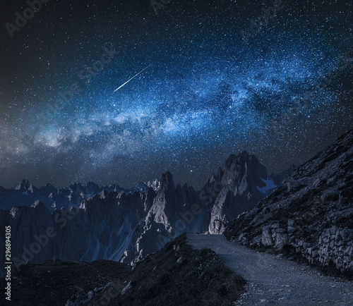 Foto auf Gartenposter Schwarz Milky way over mountain path to Tre Cime, Dolomites
