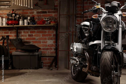 Autocollant pour porte Scooter Vintage bike in dark garage
