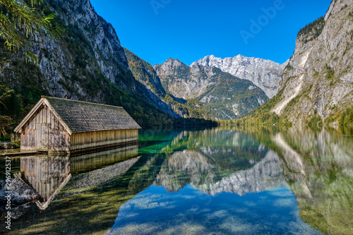 The beautiful Obersee in the Bavarian Alps with a wooden boathouse Fototapet