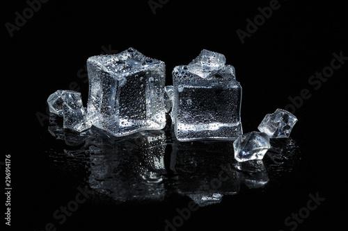 kostki lodu na czarnym tle pojedyncze szkło