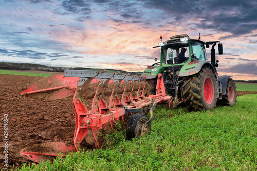 Valokuva farmer plowing his fields at dusk