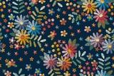 Wzór haftu z motywami kwiatowymi. Kolorowe kwiaty, liście i jagody na ciemnym niebieskim tle. - 296916769