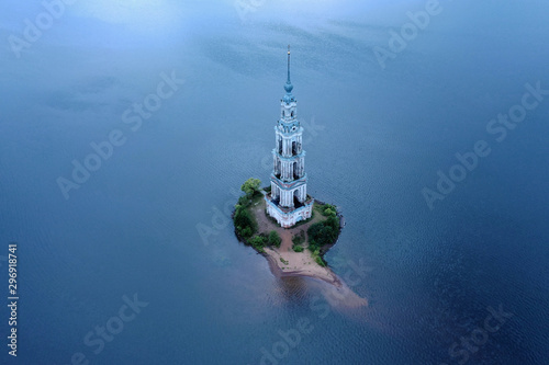 Foto  Kalyazin Bell tower on Volga river. Russia. Aerial View.