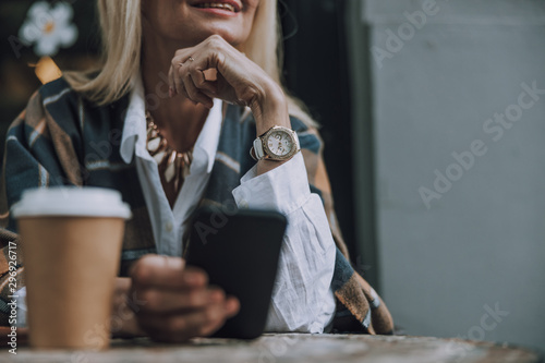 Photo sur Aluminium Cafe Smiling adult lady is waiting in cafe